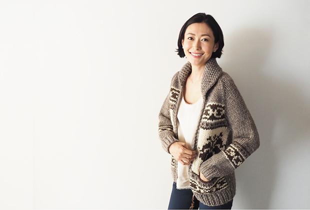 編み方を変えていて、丸くシェイプされているので、きれいめなスタイリングにも対応できるんだと思います