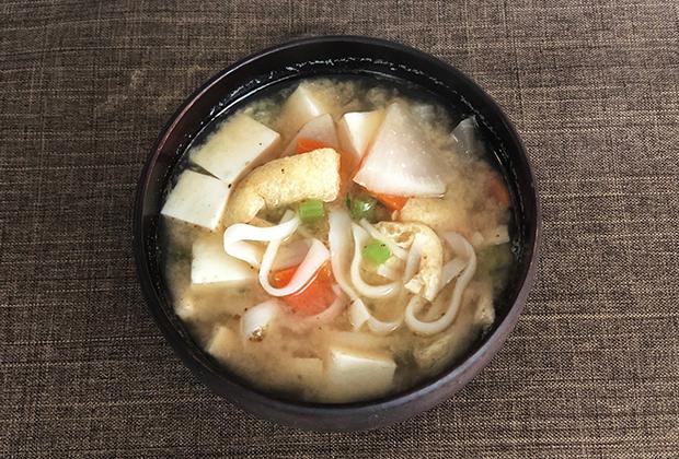 大根、にんじん、油揚げ、お豆腐のお味噌汁に入れてみました