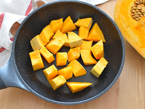 鍋に水大さじ2(分量外)とかぼちゃを入れ、塩ひとつまみ(分量外)をふり、蓋をしてかぼちゃが柔らかくなるまで弱火で蒸し煮し、人肌程度に冷ましておく