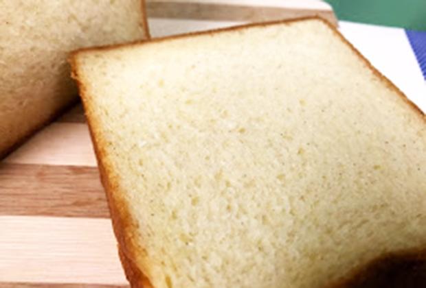 よ〜くみるとパンの生地の中に、小さな黒いツブツブが…。そう! これバニラビーンズです!