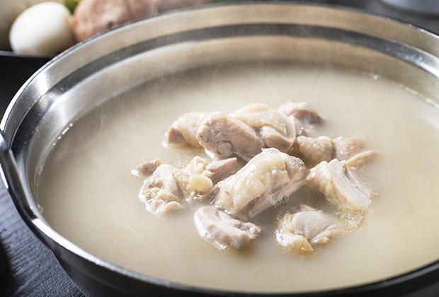 スープの濃厚かつあっさりした味わいは、水だきの命ともいえるもの。長い時間を経て試作を続け、料亭で食べる味とほぼ同じに仕上がりました