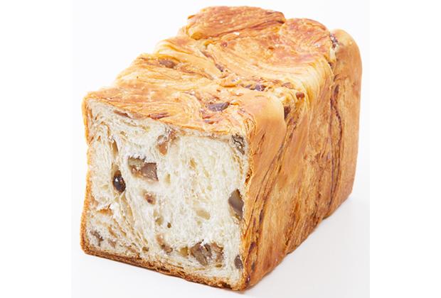 小さなデニッシュ食パンに、栗のペーストが練りこまれ、渋皮マロンがゴロゴロと入っています!