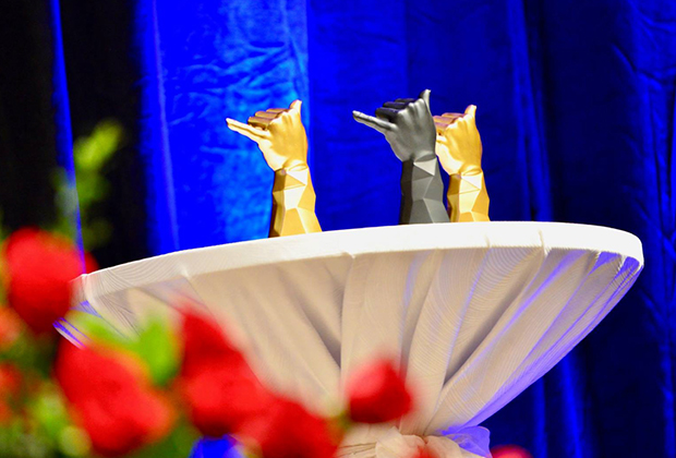 授賞式当日に堂々1位となったお店を発表。ベスト1として111ハワイアワード「金シャカ像」が贈られます