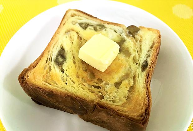 これを軽くトーストして、バターを塗ったら、甘〜い栗の香りとバターデニッシュの香ばしい香りに、ノックアウトです