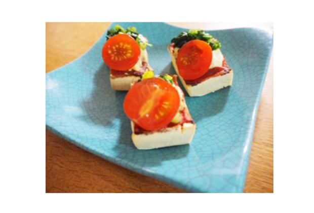 「純ねりごま白」を活用したレシピ『高野豆腐のヘルシーピザ』