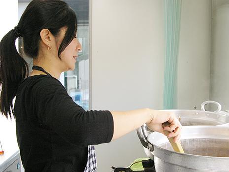 梶山さんが自ら調理していました! 大きいお鍋で沢山作ります。