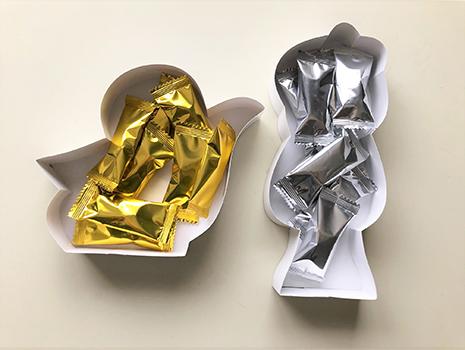 鬼太郎はゴールド、ねこ娘はシルバーの包装紙で各8個入りのクランチチョコレート