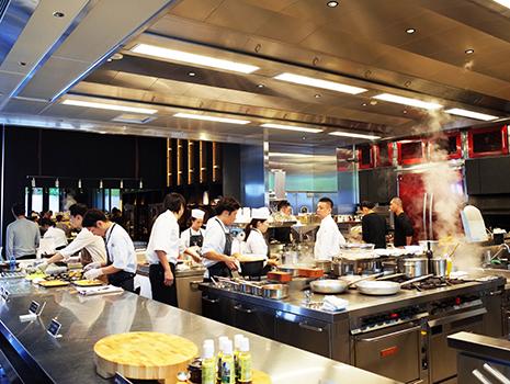 本物の料理のプロ、山田シェフとサッポロ一番に関してはプロ(?!)のマッキー牧元さんの対決