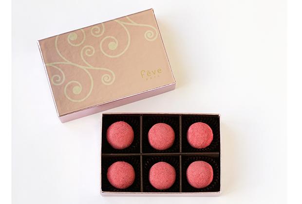 見た目にもボンボンショコラがピンクだなんて、大人女子でもキュンとしませんか!?