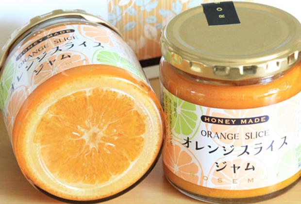 純粋はちみつとフルーツシュガー(果糖)、レモン汁だけで丁寧に煮込み、オレンジ本来の風味と食感が生きた「そのままでも食べられるジャム」に仕上がっているところが人気のゆえんです