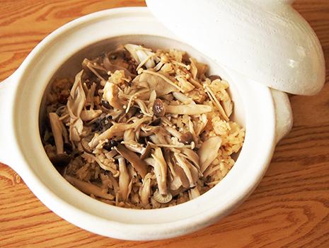 お鍋に米、①、ほぐしたきのこを入れて中火で火にかけ、沸騰したら弱火にして12分加熱する