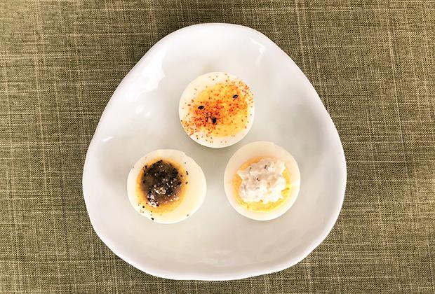 写真の上から七味唐辛子と塩、右下は先にご紹介した「梨フルーツらっきょうディップ(わさび入りタルタルソース)」、左下は前回ご紹介した「かにみそバーニャカウダ」をのせました