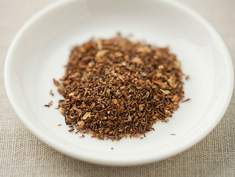 「邪気払い茶」は、きれいなオレンジ色。苦みがなく、ほのかに甘いルイボスティーの味をベースに酸味が感じられる味わいです