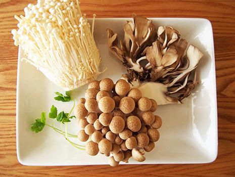 ビタミンBたっぷりのきのこと一緒に土鍋で炊く、味噌風味の炊き込みごはんのレシピをご紹介いたします