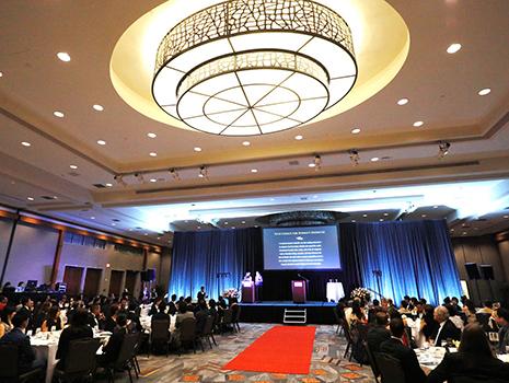 エントランスから引かれたレッドカーペットに、タキシードやイブニングドレスでドレスアップした受賞各社が集まり、アカデミー賞さながらの豪華な授賞式となりました