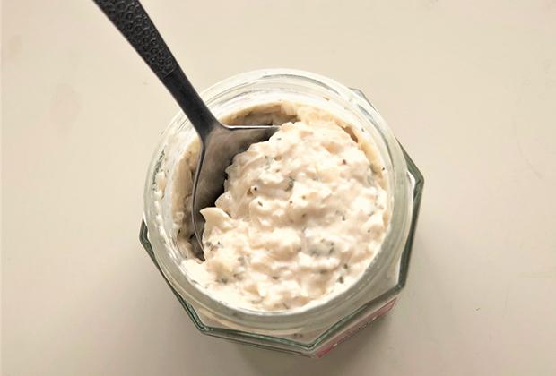 マヨネーズと比べるともっと白いクリームソースです