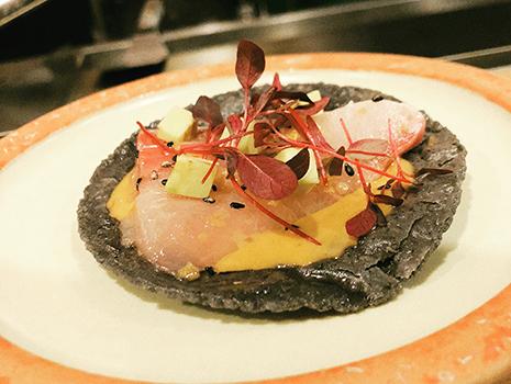 コースはお鮨をイメージしていて、トルティーヤ(=酢飯)の上にブリ、白子、猪などの旬の食材とソースがのって供される