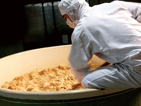 仕込んだ大豆と米を約1年間じっくり熟成させる天然醸造の味噌づくりも行っています