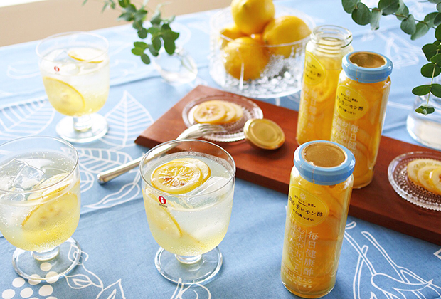 「飲む生レモン酢」は、皮ごとレモンをスライスして、アミノ酸豊富なリンゴ酢と氷砂糖につけたもの