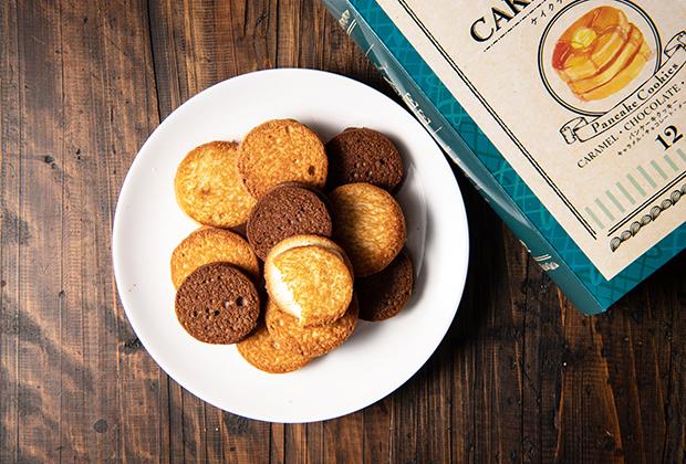 2枚重ねたパンケーキに見立てた可愛らしいクッキーは「キャラメル」と「チョコレート」と「メープル」の3種類の味があり、袋を開けるとそれぞれの風味がふわりと香ります