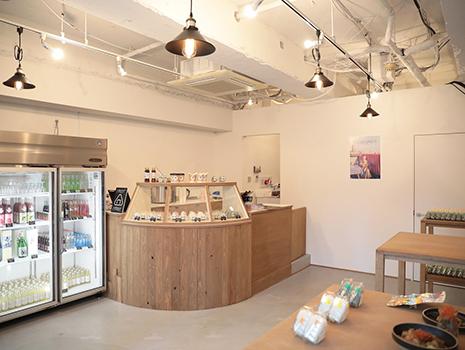 店内は海外のカフェのような、白・黒・ウッドをベースにしたブルックリン風のスタイリッシュでフォトジェニックな空間