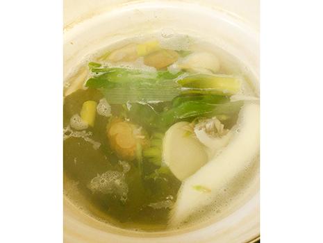 結局一番人気は味噌汁。ニンニク、生姜ほか、在庫野菜を全部ぶち込み、2時間くらい煮込んで、鰹節と味噌でまとめる