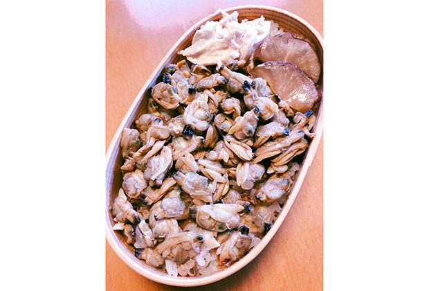 あさりの缶詰があったので、その汁を入れてご飯を炊き、本体は甘辛く軽く煮て、深川飯もどきに