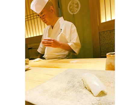 「鮨さいとう」の齋藤さんは、素材が素晴らしいのはもちろんだけれど、その素材を最適解の状態で供するのが凄いところ