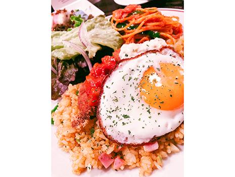 3つのフライパンとフライヤーを巧みに操りつつ仕上がった皿を見て、はたと気付く。サラダに揚げ物に締めの麺と米。ワンプレートコースじゃんと