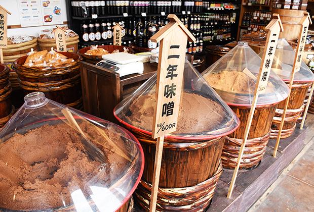 長期間熟成させた深い赤色系の味噌造りにこだわる丸正醸造