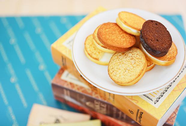ケイクテイルのクッキーは、一般的には内側にしてチョコレートを塗る焼き目側をあえて外側にしています