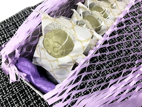 フクロウの形のお菓子がおしゃれな箱に並ぶ姿は、それだけで、「センスいいな〜!」と感じられるお菓子折りです。