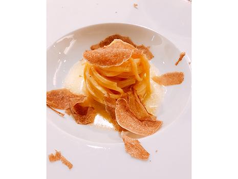 フレッシュ、ソテー、ボイル、フライなど様々に調理した40種以上の野菜を合わせた「ランゲ」というサラダ、白トリュフのタヤリンなど、目にも舌にも残る料理の数々
