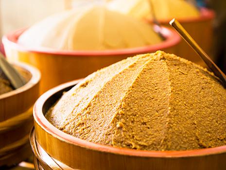 同社は酵素や酵母菌がいきた非加熱の生味噌を貫いているのが大きな特徴です
