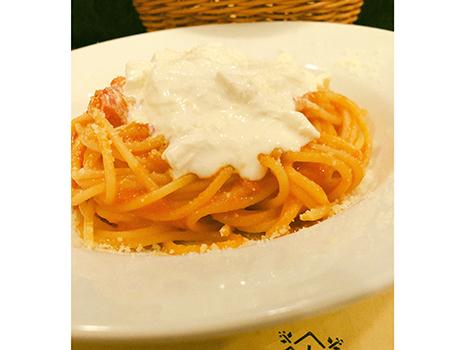 「ストラッチャテッラ(ブッラータの中身)をのせたフレッシュトマトソースのスパゲティ」