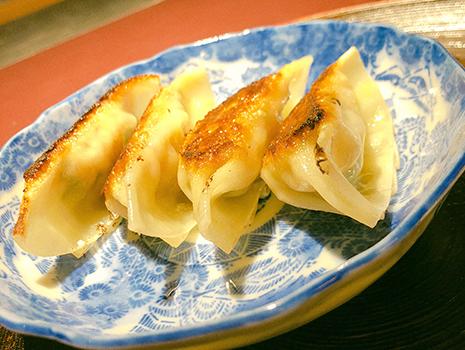 好きな数だけ焼いてくれるセロリ餃子、隠し味が絶妙なポテサラ、しっとりとした自家製からすみ……