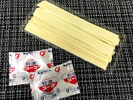 袋を開けてみると、黄色い幅広麺が綺麗に並んでいます