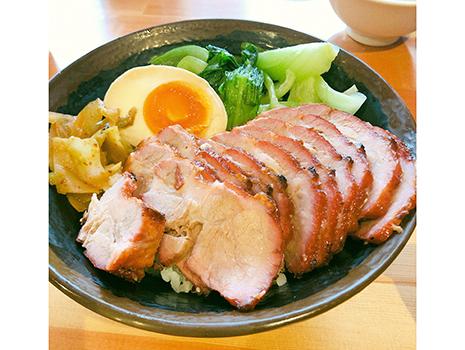 2階でチャーシュー丼を食べたらあまりに美味しいので、1階で腸詰と共に夕飯用にテイクアウト
