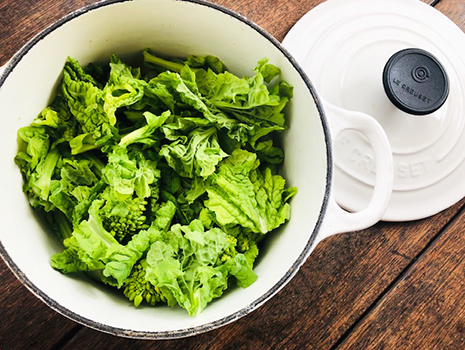 水を入れた鍋に、そら豆、アスパラガス、菜の花の順に平らになるよう並べる