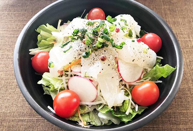 サラダ野菜といっしょにいただくにはぴったりです。さらに粗びきこしょうもふりました