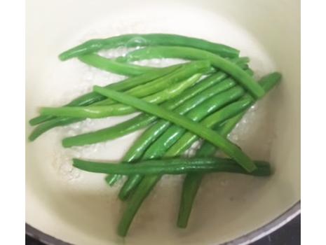いんげん豆、ひとつまみ程度の塩を振り入れ弱火で蒸し煮する