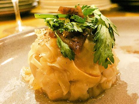 コトリヤードというブルゴーニュの郷土料理を鰆、白子、芽キャベツ、蕪という素材で、少しエスニックな酸味を入れてみたり、鴨肉とモツでシュウマイを作ったりと、楽しさと美味しさがきちんと共存している