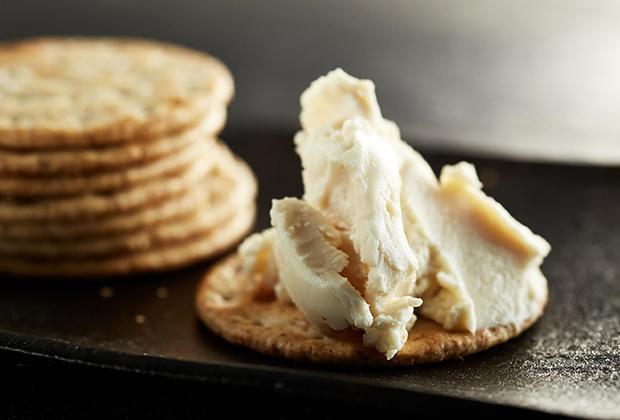 多彩なチーズの楽しみ方にぜひ加えたいのが、漬物の老舗・銀座若菜が手がける「チーズの味噌漬」と「チーズの酒粕漬」