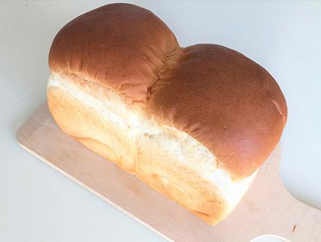 普通の食パンよりひとまわり小型で、卵を多く使い、バターも使用しているようです。