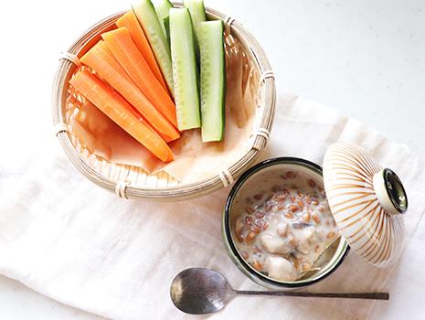 ボウルに、Aの豆乳、甜菜糖を入れ、甜菜糖を溶かすように混ぜ合わせる