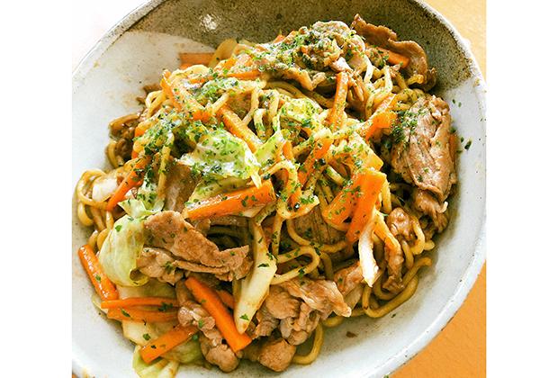 川喜本店の麺はあらかじめ炒めて、味を染み込みやすく。 ソースはもちろん、トリイのウスターと中濃。