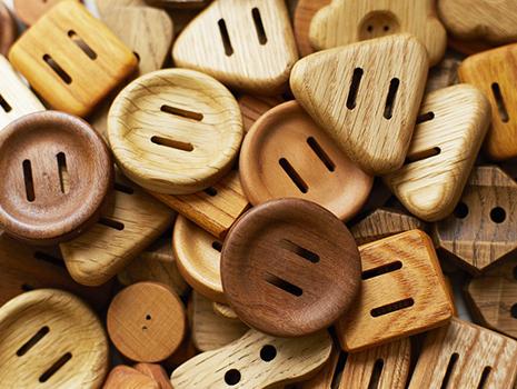"""ブランド名『モンガ・クナップ(manga Knapp)』とは、スウェーデン語で""""たくさんのボタン""""という意味。"""