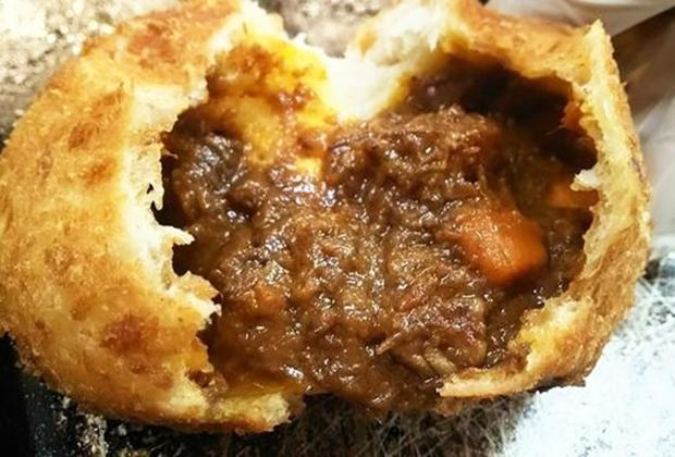 看板商品「カレーパン」は、赤ワインでじっくり煮込み、ほろほろの牛肉と大きいニンジンが特徴的な惣菜パンの逸品!
