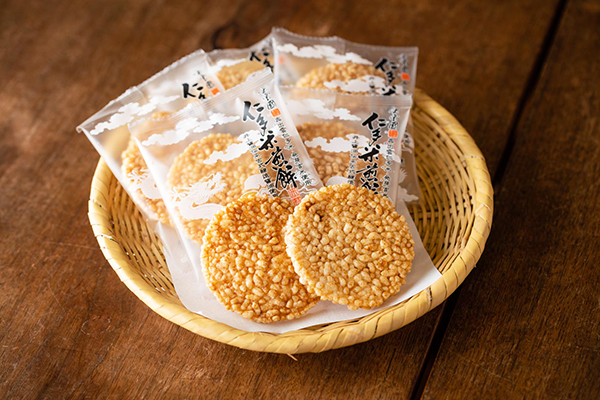 島根県奥出雲町 井上醤油店の『仁多米煎餅』と戸隠竹細工のザル