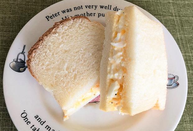 パン切りナイフがあれば、好みの厚さに切れるのが、斤で買う食パンのよさなので、まずは、薄切りにして卵サンドに。